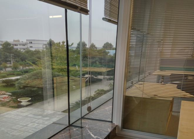重庆某公司双玻璃百叶隔断安装